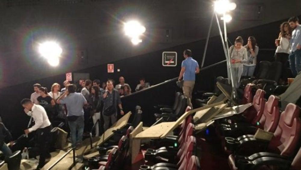 Interior de la sala de cine en la que se derrumbó parte del techo