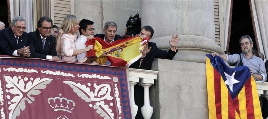 Rifirrafe en el balcón del Ayuntamiento de Barcelona