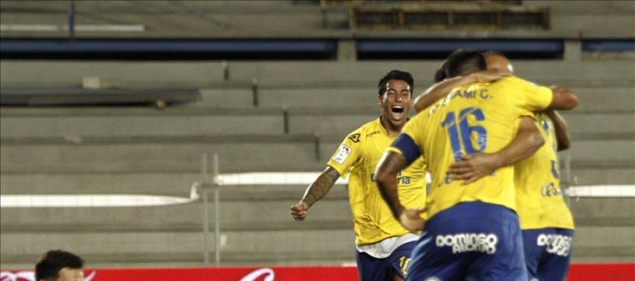 Los jugadores de Las Palmas celebran un gol ante el Sevilla