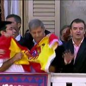 Frame 10.410506 de: Rifirrafe en el balcón del Ayuntamiento de Barcelona por las banderas