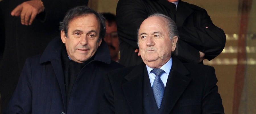 Michel Platini junto a Joseph Blatter