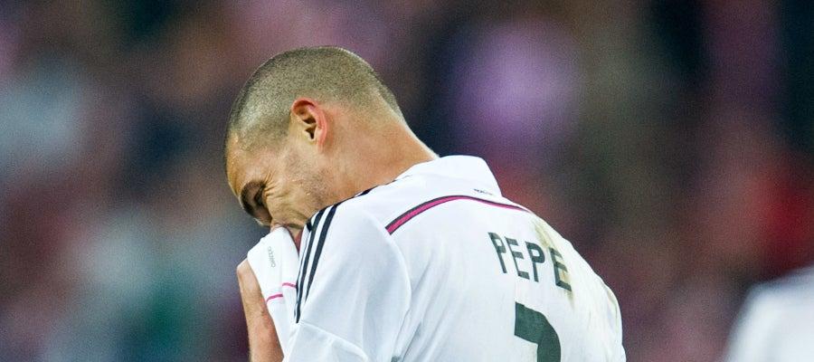 Pepe se lamenta durante un partido con el Real Madrid