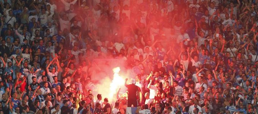 Aficionados del Olympique de Marsella encienden bengalas