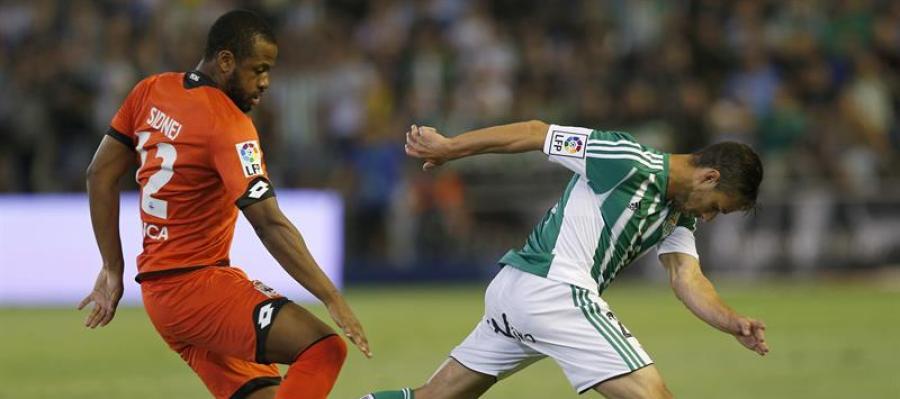 Rubén Castro trata de irse de Sidnei durante el partido
