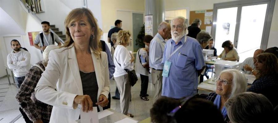 La presidenta del PPC, Alicia Sánchez Camacho, en el momento de depositar su voto