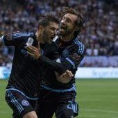 Villa celebra su gol junto a Pirlo