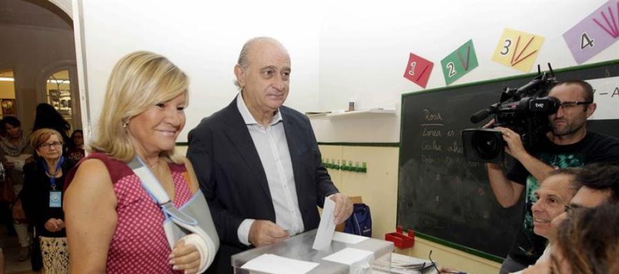 El ministro del Interior, Jorge Fernández Díaz (2i), junto a su esposa Asunción Carcoba  ejerce su derecho a voto
