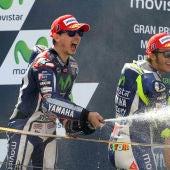 Lorenoz celebra su triunfo junto a Rossi