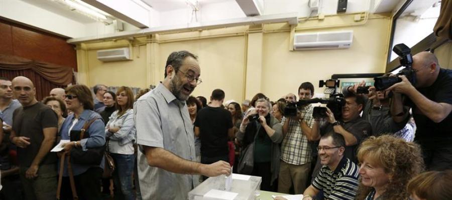 El candidato de la CUP a la presidencia de la Generalitat en las elecciones al Parlament, Antonio Baños, vota