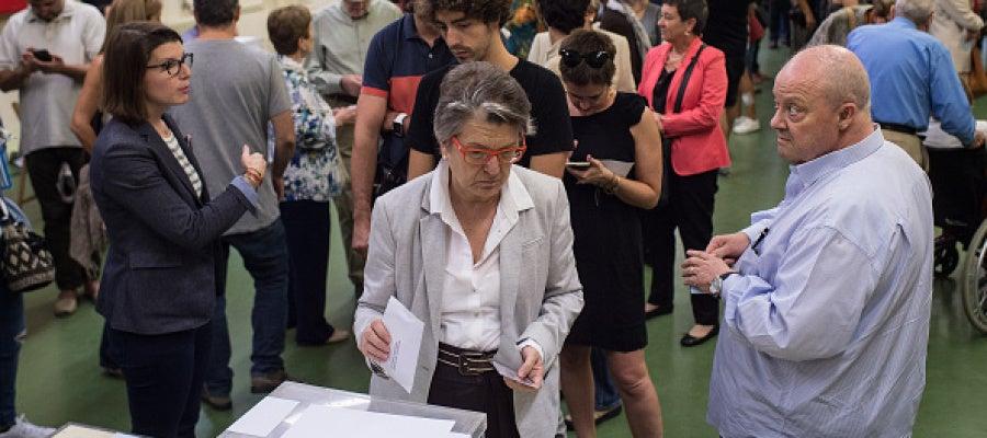 Una ciudadana catalana deposita su voto