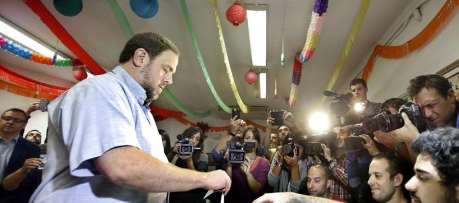 El presidente de ERC y candidato de Junts pel Sí, Oriol Junqueras, deposita su voto