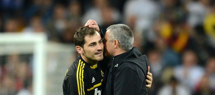 Mou e Iker Casillas durante un partido
