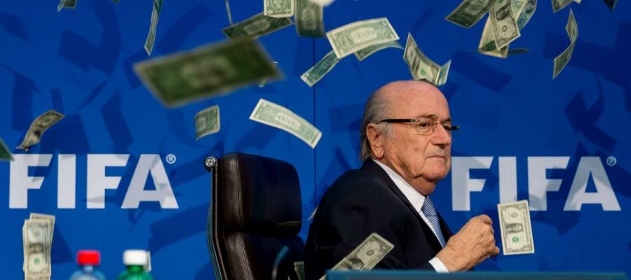 Joseph Blatter, rodeado de billetes