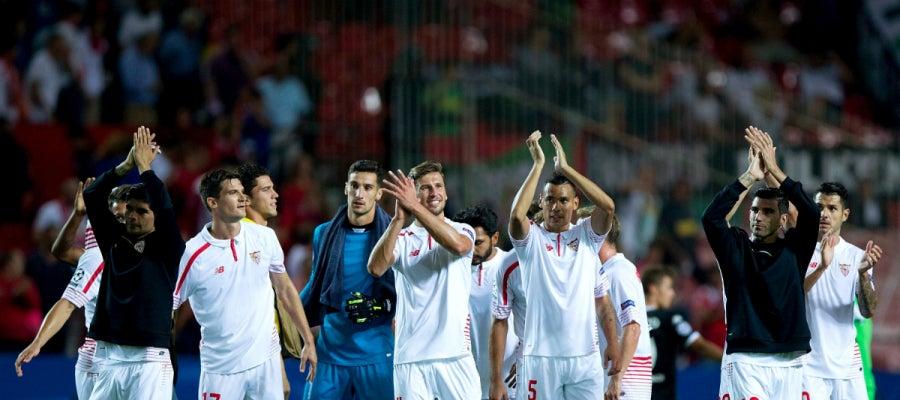 Los jugadores del Sevilla celebran su victoria contra el Borussia