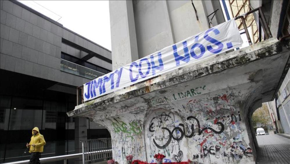 El exterior del estadio de Riazor con velas y pancartas sobre Jimmy