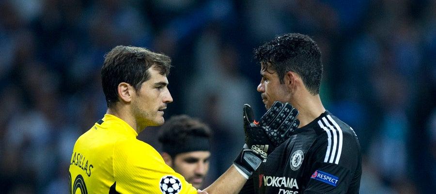 Casillas saluda a Diego Costa al finalizar el Oporto-Chelsea