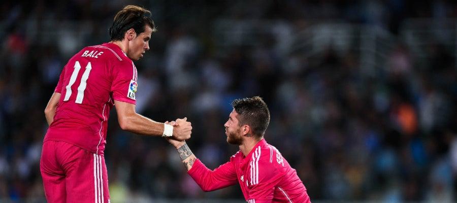 Gareth Bale ayuda a Sergio Ramos a levantarse