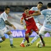 Los jugadores del Celta rodean a Víctor Rodríguez