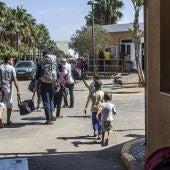 Un grupo de refugiados sirios entran en el CETI