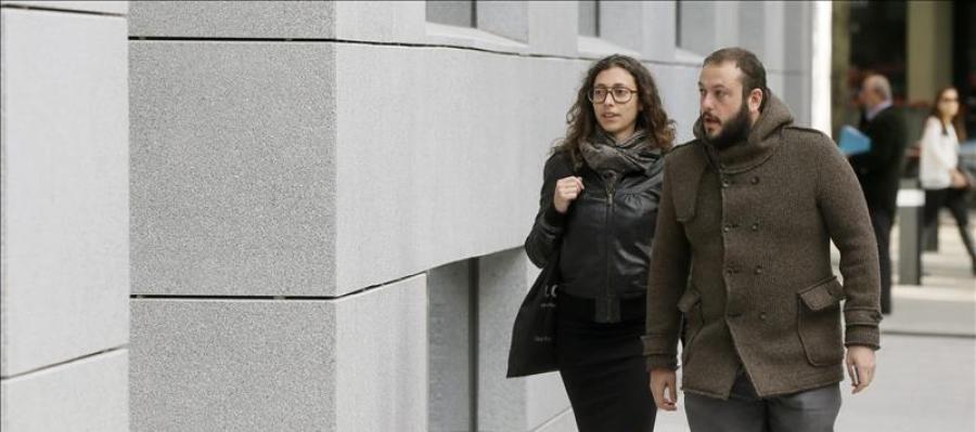 El edil de Ahora Madrid Guillermo Zapata (d), a su llegada a la Audiencia Nacional para declarar ante el juez Santiago Pedraz