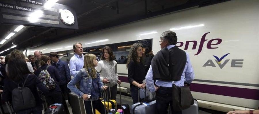 Cientos de pasajeros se agolpaban esta mañana en la estación de Sants de Barcelona