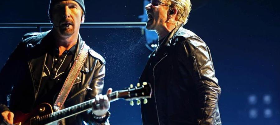 El grupo U2 durante un concierto.