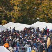 Refugiados esperan para cruzar la frontera con Austria en Spielfeld (Eslovenia)