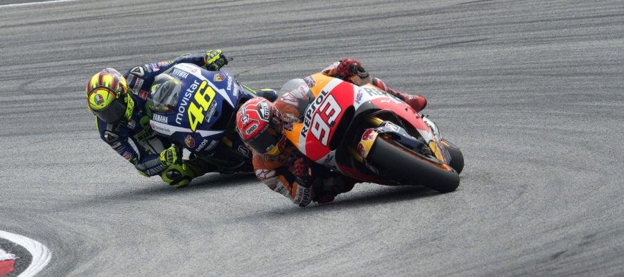 Marc Márquez traza una curva ante Valentino Rossi, antes de ser derribado