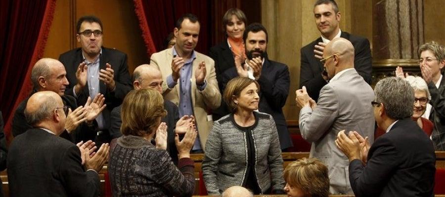 Diputados de Junts pel Sí y miembros del Govern en funciones, aplauden a la número dos de la candidatura de Junts pel Sí, Carme Forcadell