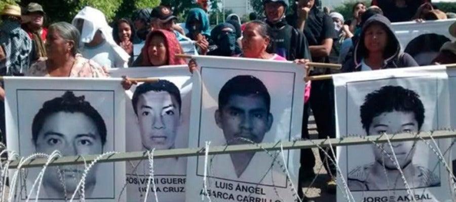 Los padres de los 43 estudiantes desaparecidos en septiembre protestan