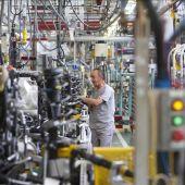 Empleados de la empresa automovilística Citroen en la cadena de montaje