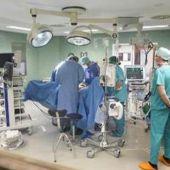 Grupo de cirujanos en una operación