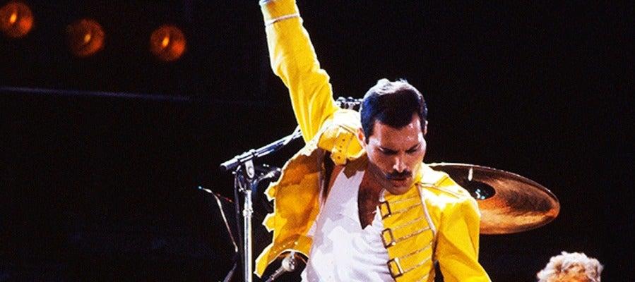 Freddie Mercury en una actuación de Queen