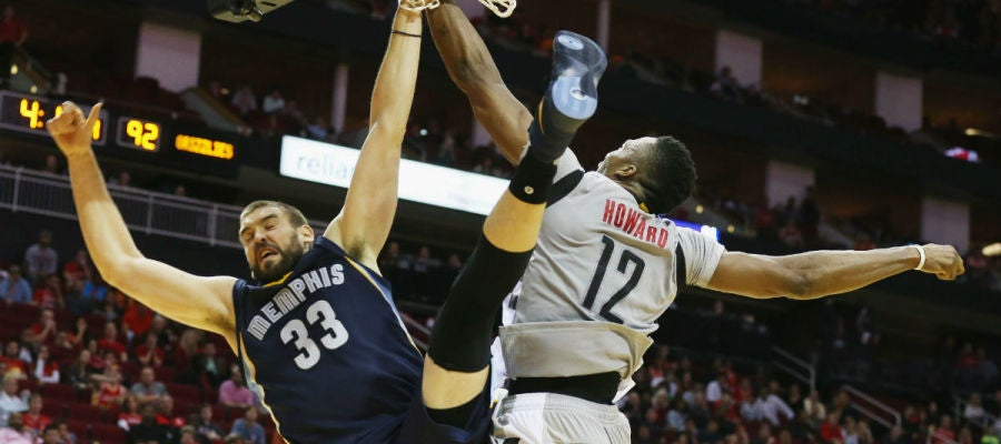 Marc Gasol, en acción ante Howard