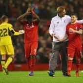 Los jugadores del Liverpool y Klopp celebran la victoria en Anfield