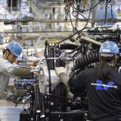 Empleados de una fábrica de coches en Japón