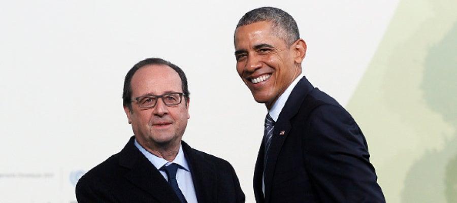 El presidente francés Francois Hollande recibe al presidente Obama en la cumbre de París