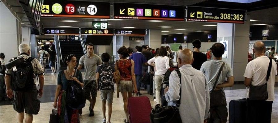 Tráfico denso de viajeros y maletas en el aeropuerto Adolfo Suárez-Barajas, en Madrid