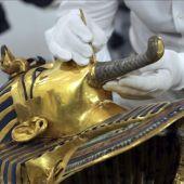 La máscara de oro del faraón Tutankamón, durante el proceso de restauración iniciado en el Museo Egipcio de El Cairo