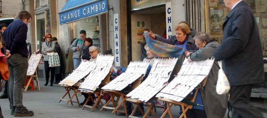 Los tradicionales vendedores de loteria de la madrileña Puerta del Sol