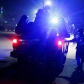 Miembros de las fuerzas de seguridad de Afganistán llegan al lugar donde un grupo de insurgentes suicidas atacó un hostal cercano a la embajada de España en Kabu
