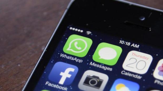 Imagen de los iconos de Facebook y WhatsApp en un teléfono móvil