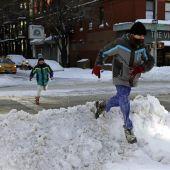 Los neoyorquinos disfrutan del invierno tras la histórica nevada del sábado