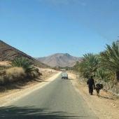 Carretera que atraviesa el desierto del Sáhara