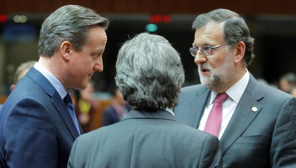 Mariano Rajoy y David Cameron en la cumbre del Consejo Europeo en Bruselas