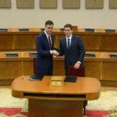 """Pedro Sánchez y Albert Rivera firman el documento para un """"pacto de Gobierno"""""""