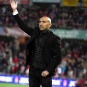 Abelardo dando órdenes a sus jugadores durante el Granada - Sporting de Gijón