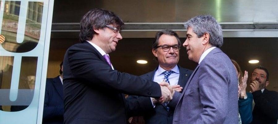 El exconseller de Presidencia, Francesc Homs, saluda al presidente de la Generalitat, Carles Puigdemont, y al expresidente Artur Mas