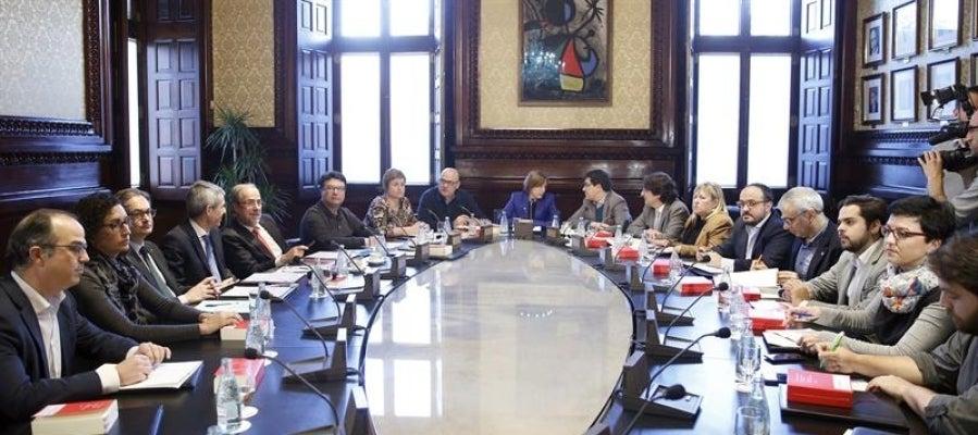 La presidenta del Parlament, Carme Forcadell (c) durante una reunión de mesa del Parlament