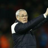 Claudio Ranieri da indicaciones desde la banda durante un partido del Leicester